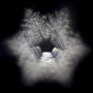 Wasserkristallbildanalyse von hexagonalem Wasser nach Filterung und verwirbelung von Leitungswasser.