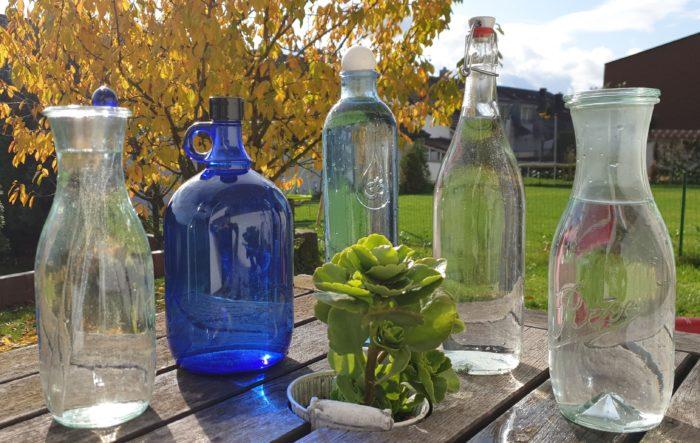 Wassergefäße, Karaffen, Gallonen, Flaschen, Krüge und Becher