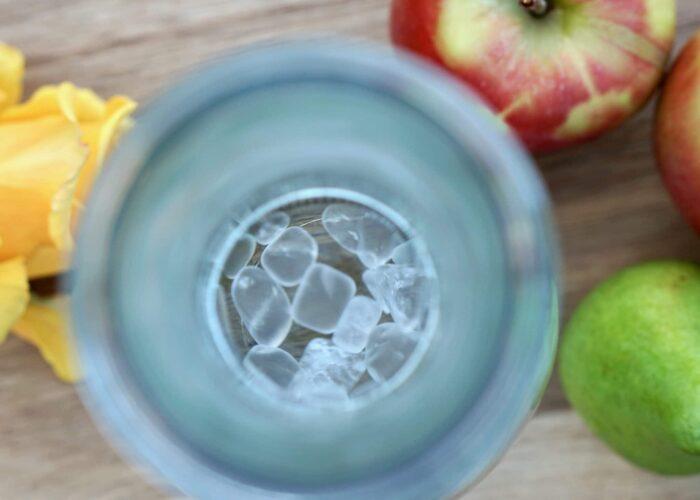 Blick von oben auf Weck Wasserflasche mit Glasdeckel und Bergkristall Edelsteinen von HeimQuell