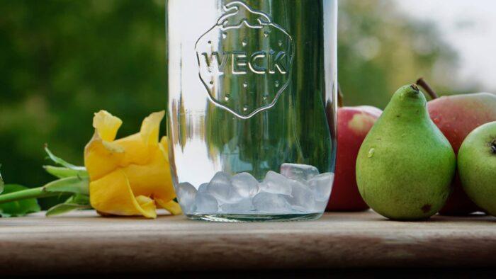 Weck Wasserflasche mit Glasdeckel und Bergkristall Edelsteinen von HeimQuell