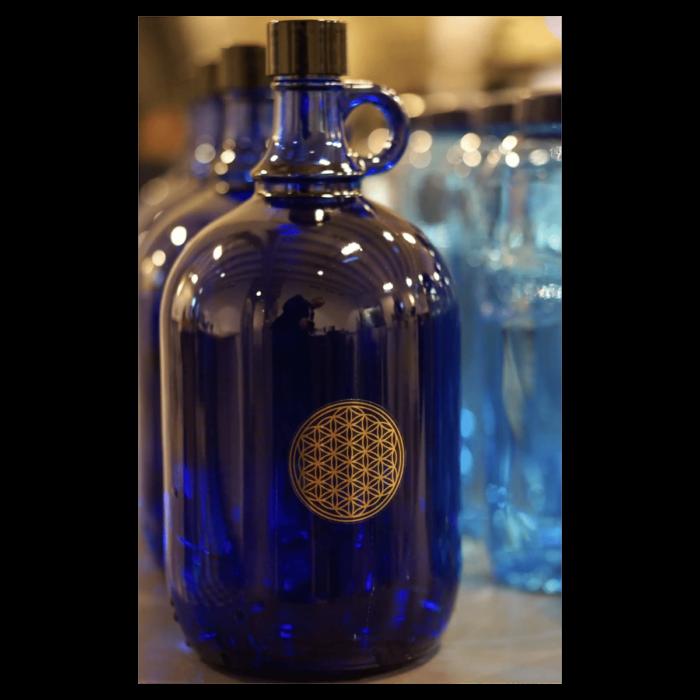 Blaue Glasflasche 2,0 l mit goldener Lebensblume 1